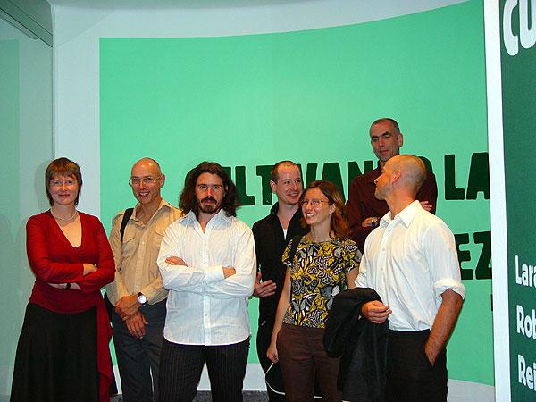 La comisaria, Bianca Visser, con los artistas en la inauguración de la exposición